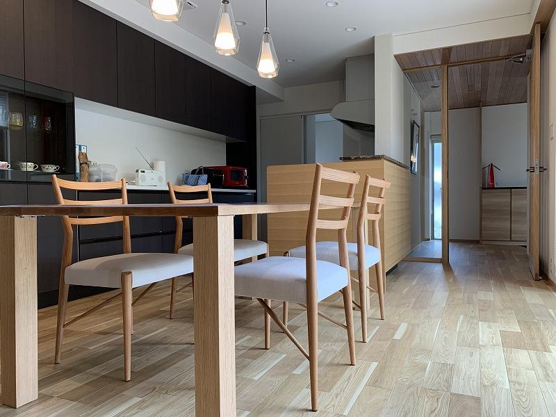 オーク材のシンプルなテーブルです。
